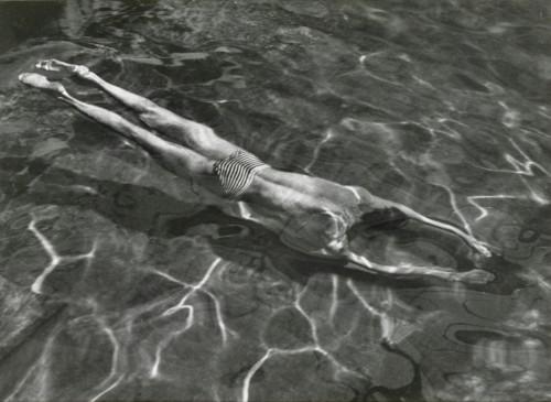 Kertesz uomo in piscina